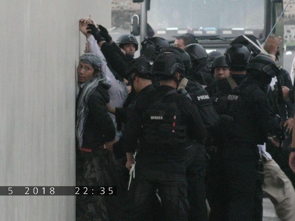 Foto: Detik-detik Teroris Menyerah di Mako Brimob