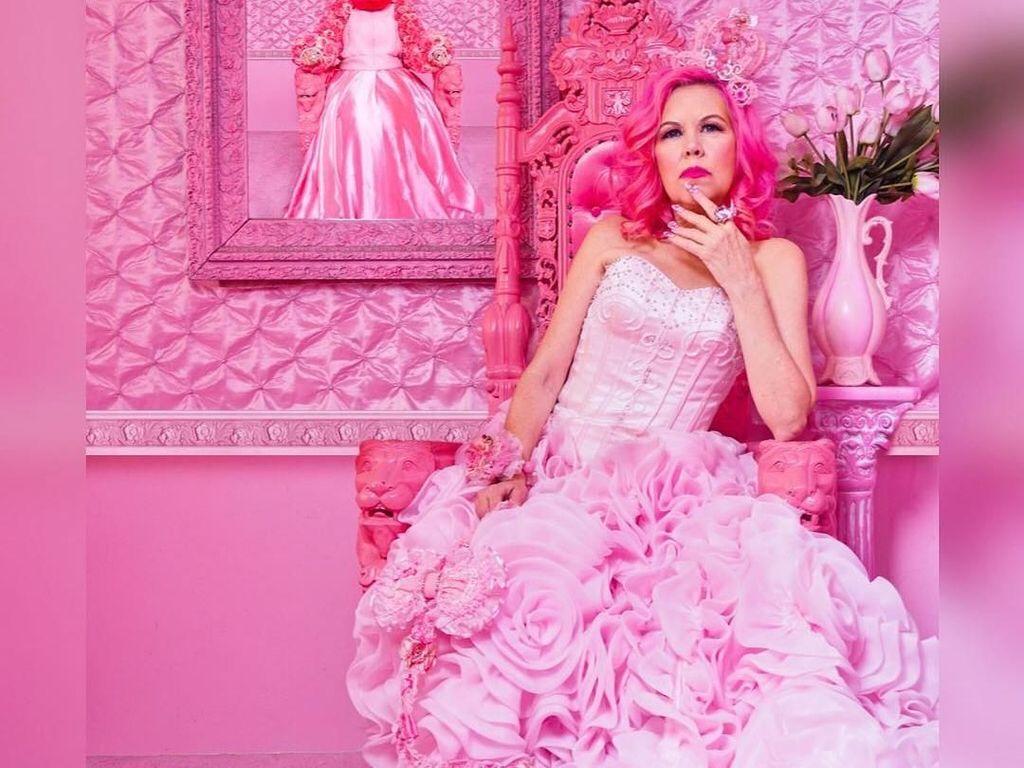 Foto: Wanita Ini Hidup Serba Pink Selama 38 Tahun, Dari Baju Hingga Mobil