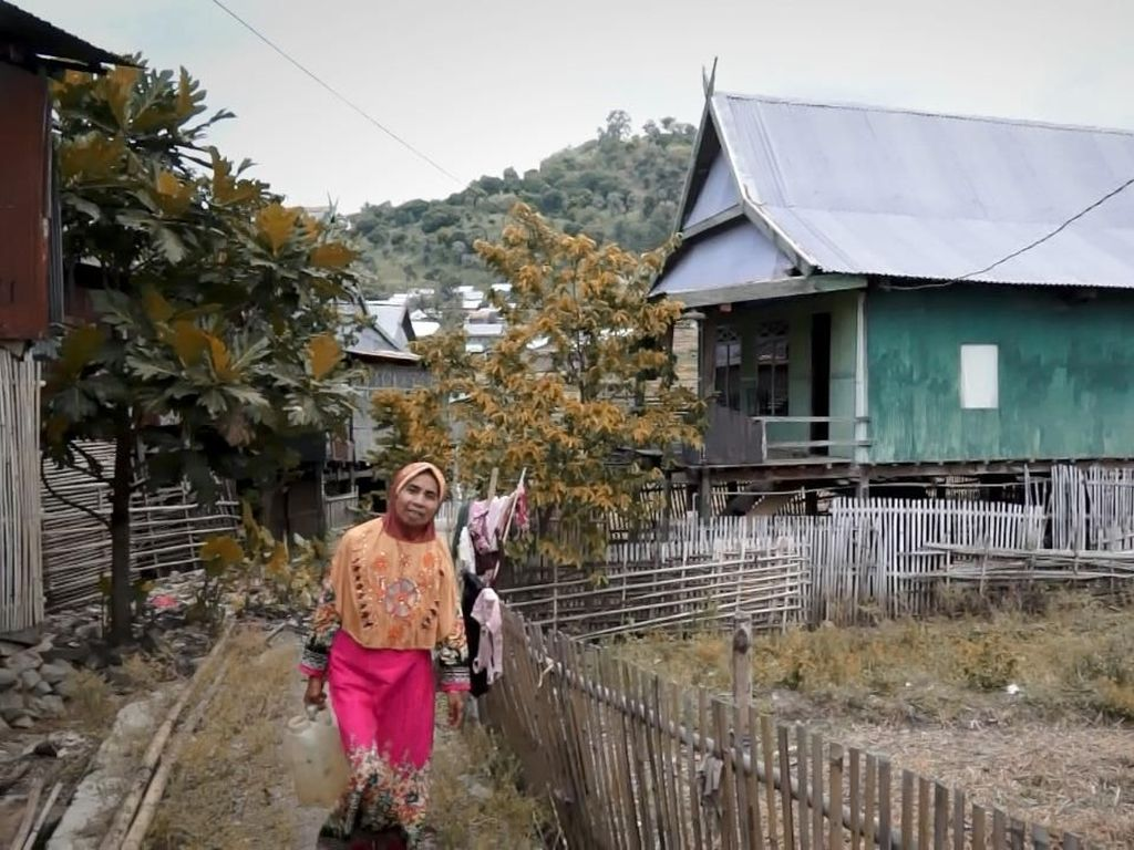 Nenek Daeng Kini Ambil Air Hanya Lima Langkah dari Rumah