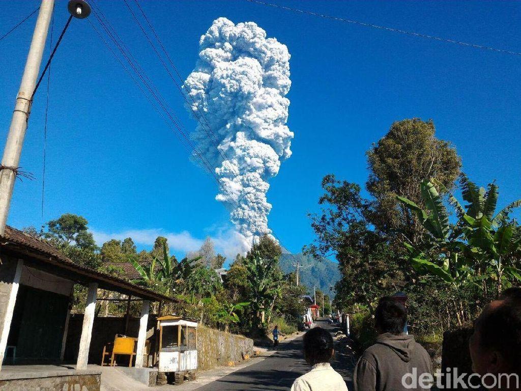 Penampakan Asap Putih Erupsi Gunung Merapi yang Capai 5 Km