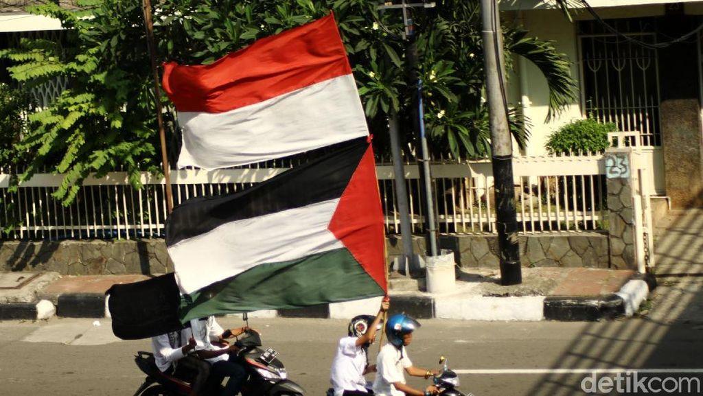 Massa Aksi 115 Bubar Kibarkan Merah Putih dan Bendera Palestina