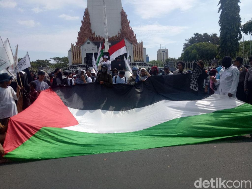 Pemuda Makassar Bentangkan Bendera Raksasa Palestina