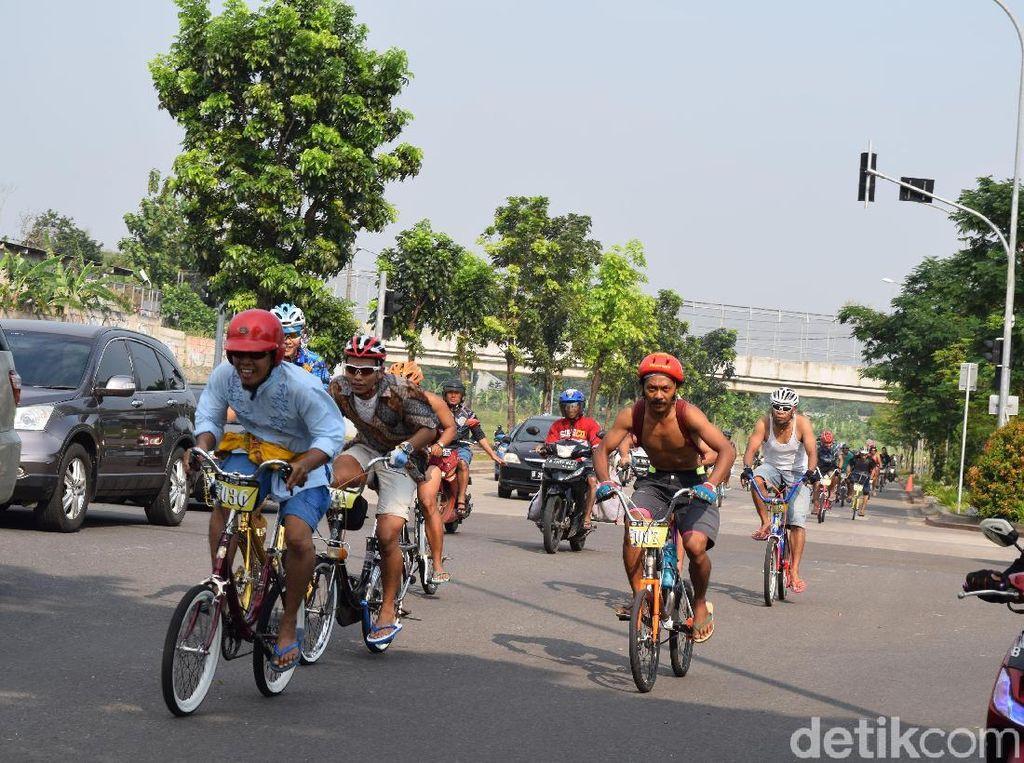 Olahraga Sambil Nostalgia Naik Sepeda Mini