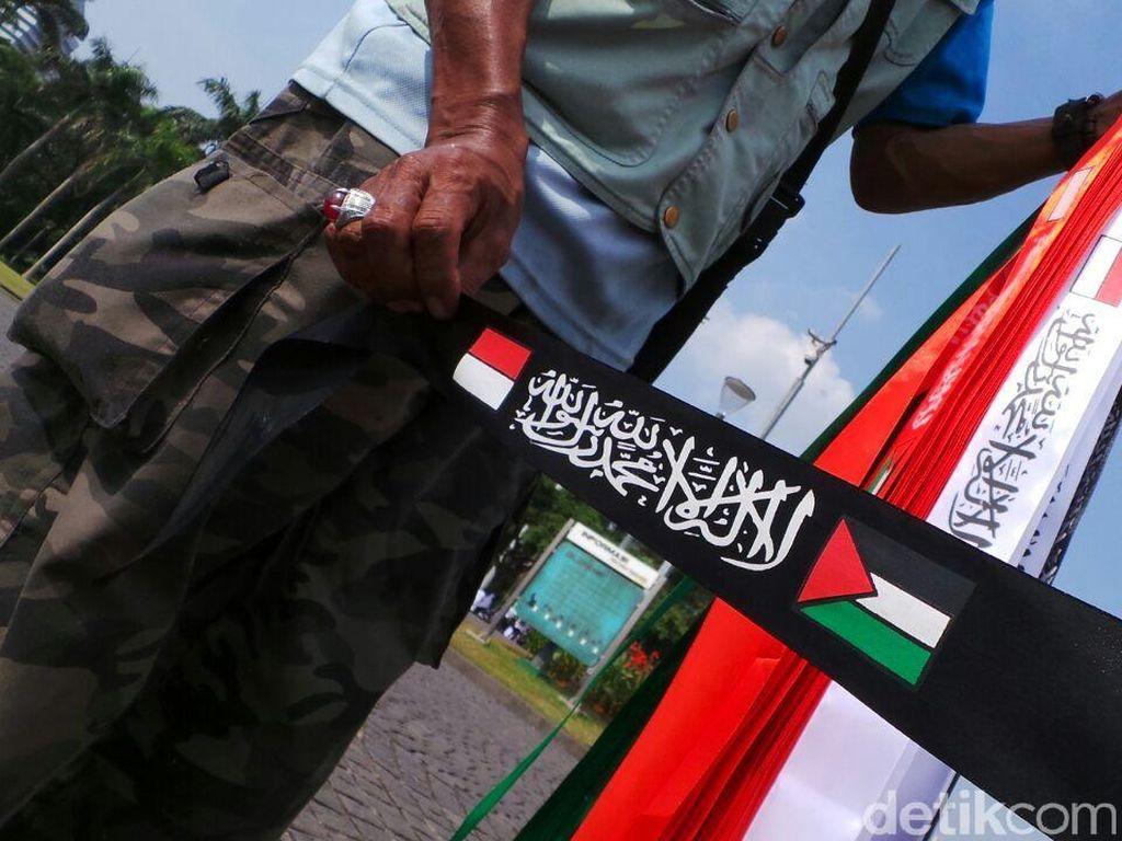 Mendulang Rupiah dari Bisnis Dadakan Jual Pita Aksi Bela Palestina