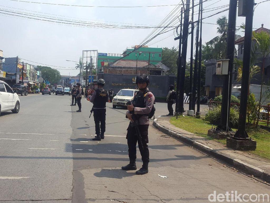 Penjagaan Depan Mako Brimob Diperketat, Warga Dilarang Berfoto