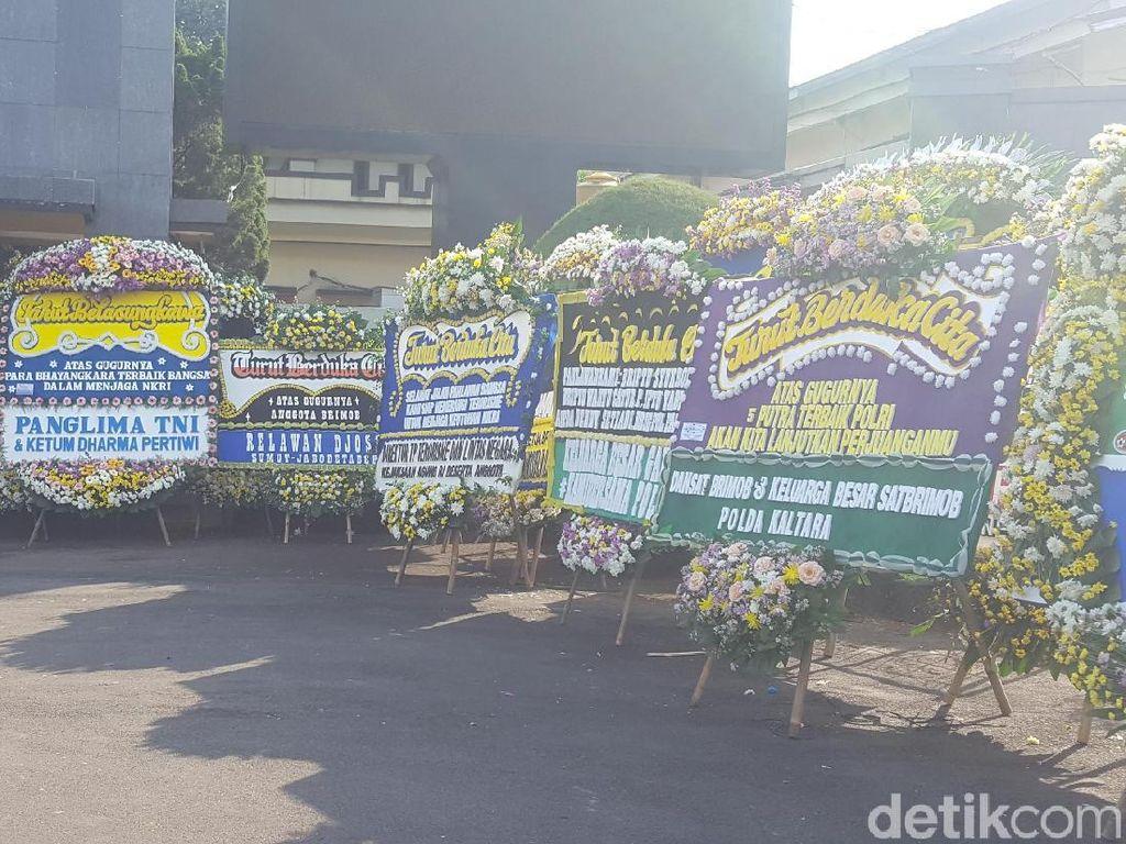 Puluhan Karangan Bunga Penuhi Pekarangan Mako Brimob