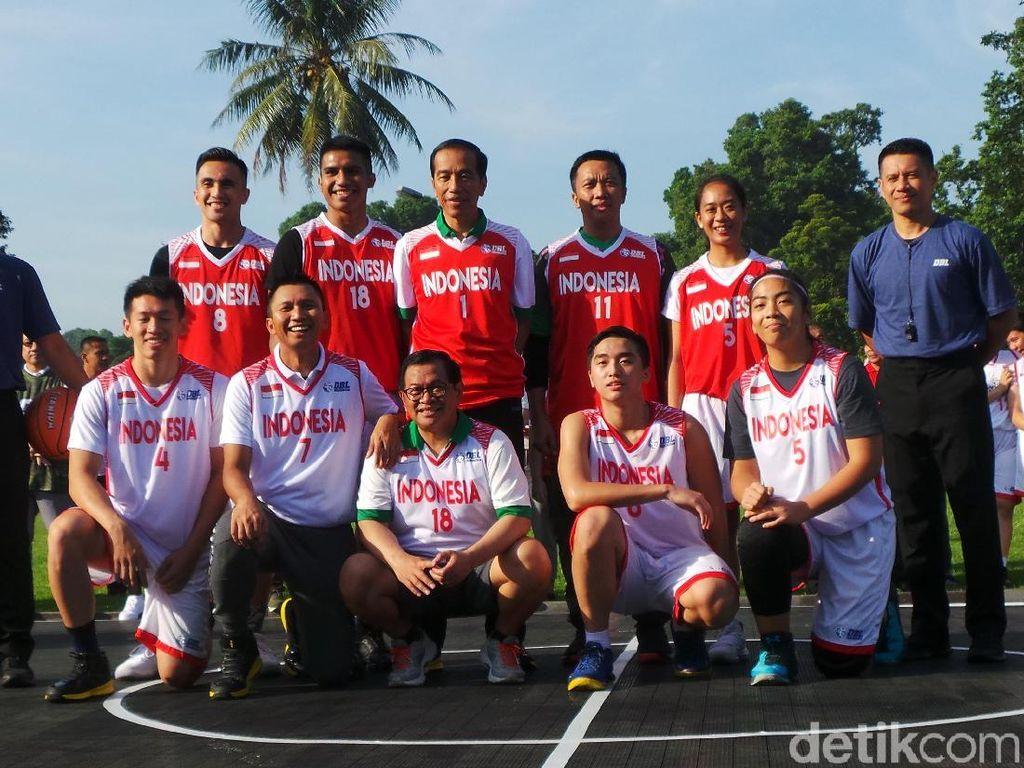 Pujian dan Cibiran Netizen Kala Jokowi Main Basket