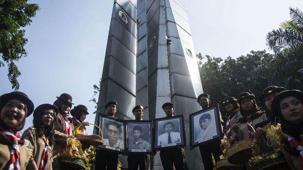 Mahasiswa membawa foto korban tragedi 12 Mei 1998 dalam Peringatan 20 Tahun Reformasi di Universitas Trisakti, Grogol, Jakarta, Sabtu (12/5). Kegiatan tersebut untuk mengenang kembali empat mahasiswa Universitas Trisakti yang meninggal karena tertembak saat melakukan aksi memperjuangkan reformasi pada Mei 1998. ANTARA FOTO/Aprillio Akbar/foc/18.