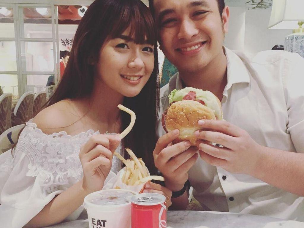 10 Foto Ini Buktikan Kalau Gilang Dirga Doyan Makan Burger hingga Es Krim