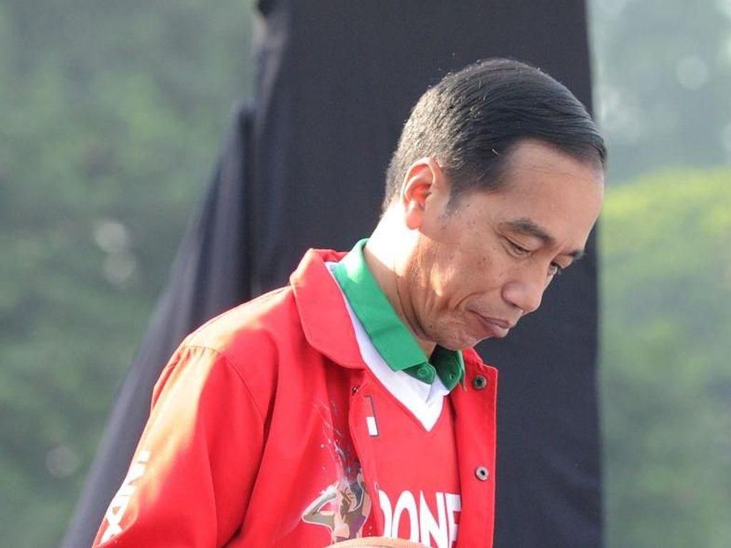 Merah Memanas! Begini Gaya Jokowi Pakai Jaket Baru Asian Games