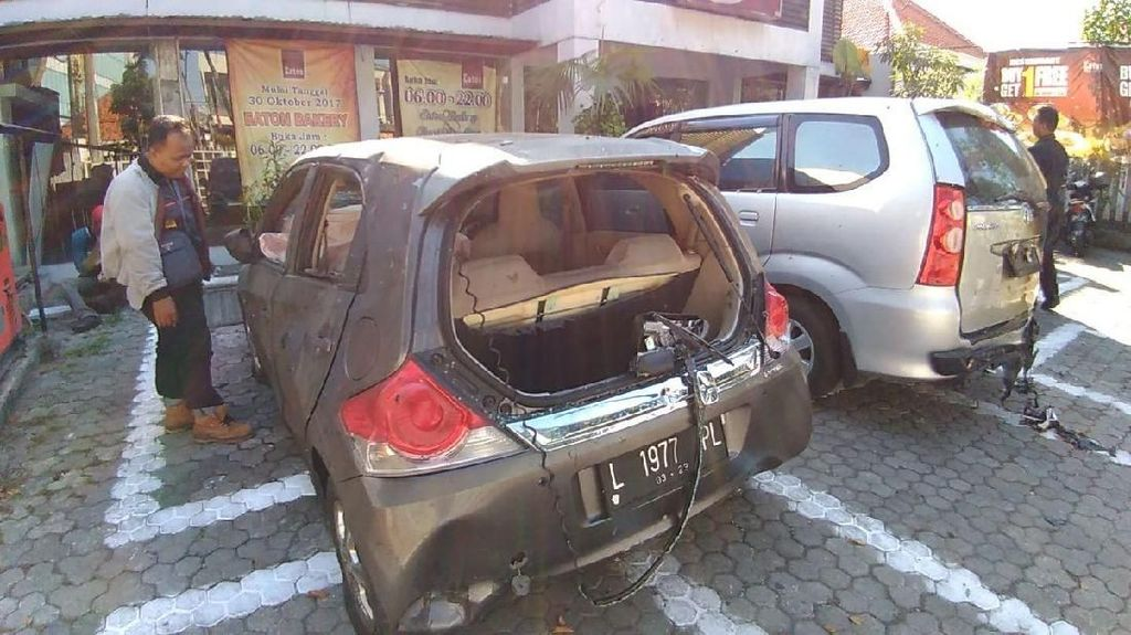 Foto: Mobil-mobil Hancur Kena Bom Gereja di Surabaya