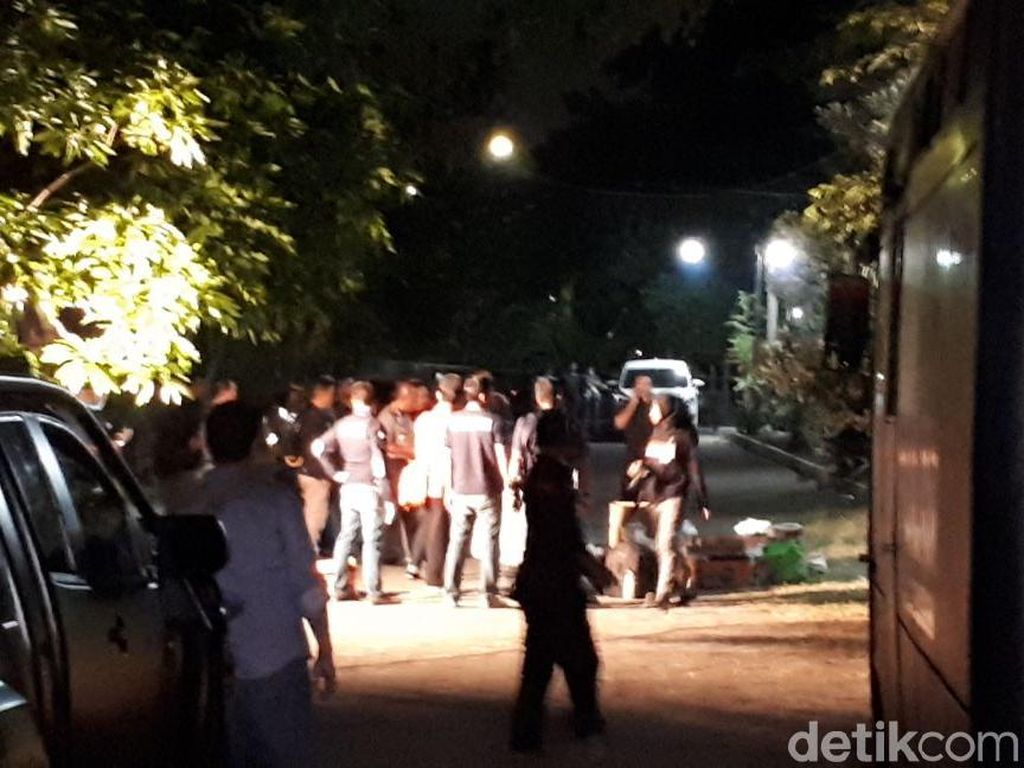 Bom Gereja Surabaya, Keluarga Dita Syok