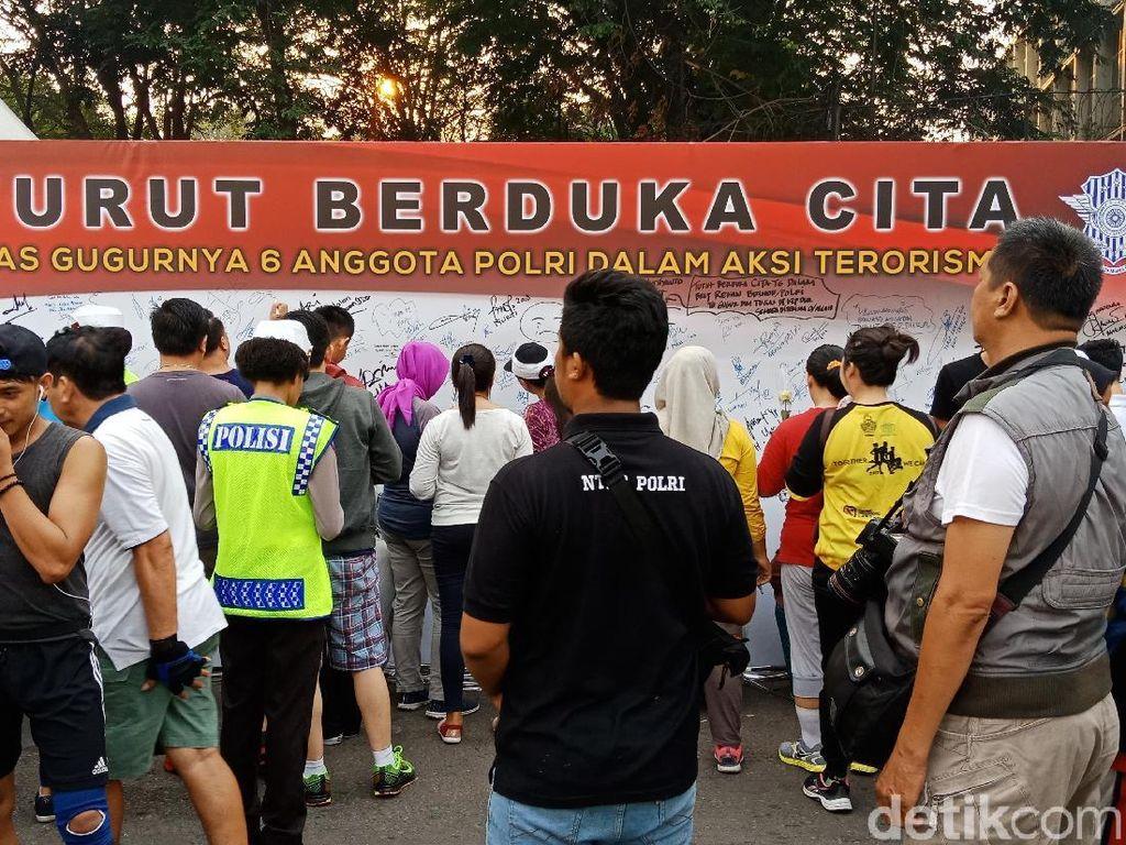 Berduka atas Gugurnya Anggota Brimob, Polisi Bagi Bunga di CFD