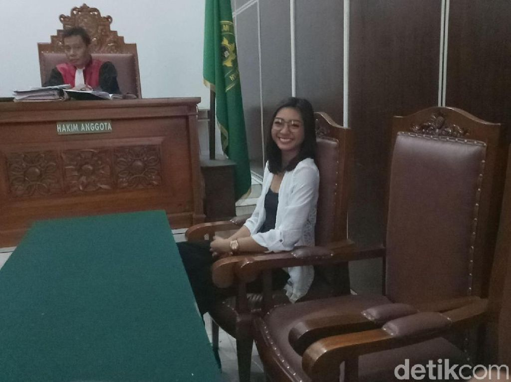 Hadir di Sidang Cerai, Liza Elly Tersenyum