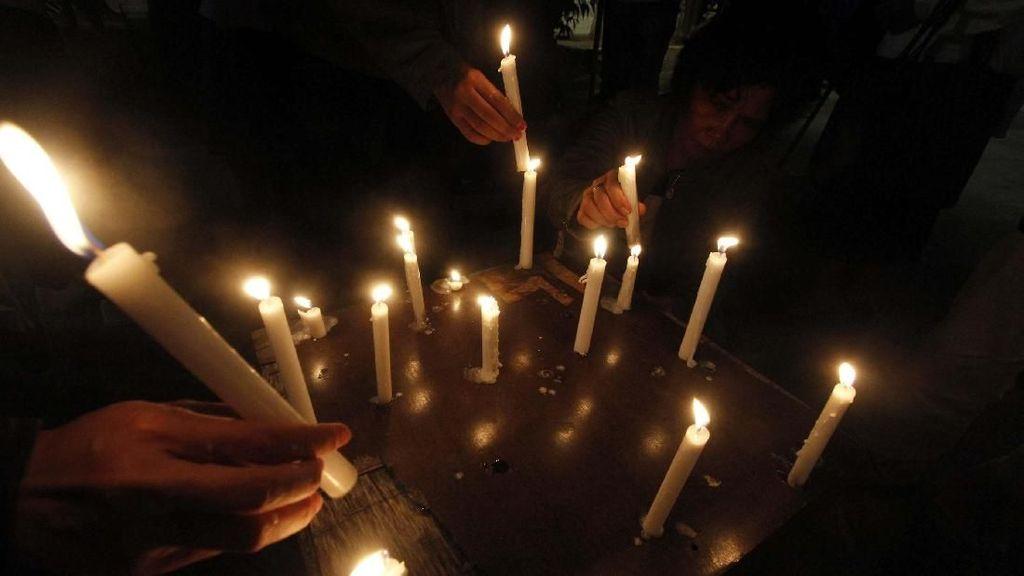 Aksi Lilin GAMKI untuk Korban Bom Surabaya