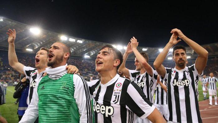Pemain Juventus merayakan kesuksesan mempertahankan scudeto. (Foto: Alessandro Bianchi/ Reuters)