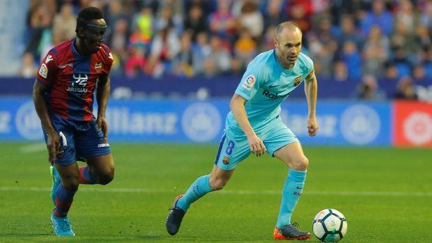 Emmanuel Boateng (kiri) mencetak tiga gol ke gawang Barcelona.