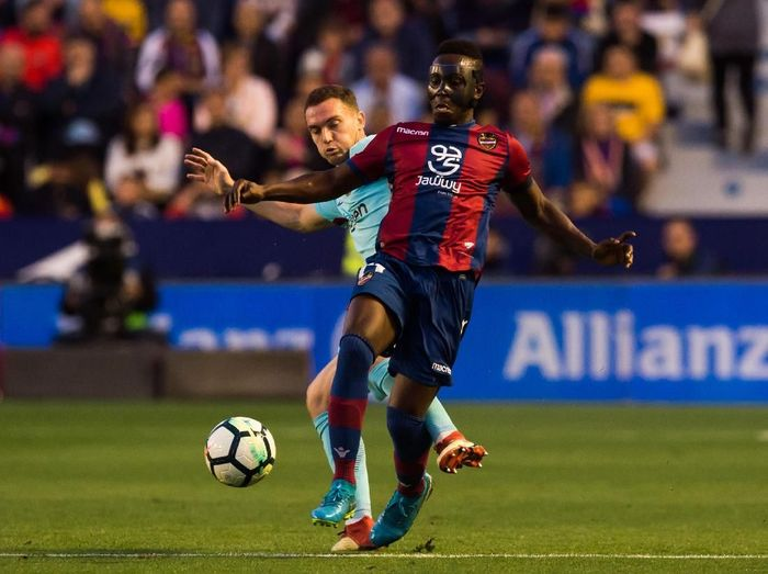 Emmanuel Boateng bikin hat-trick yang mematahkan hati Barcelona dan seluruh fansnya (Alex Caparros/Getty Images)