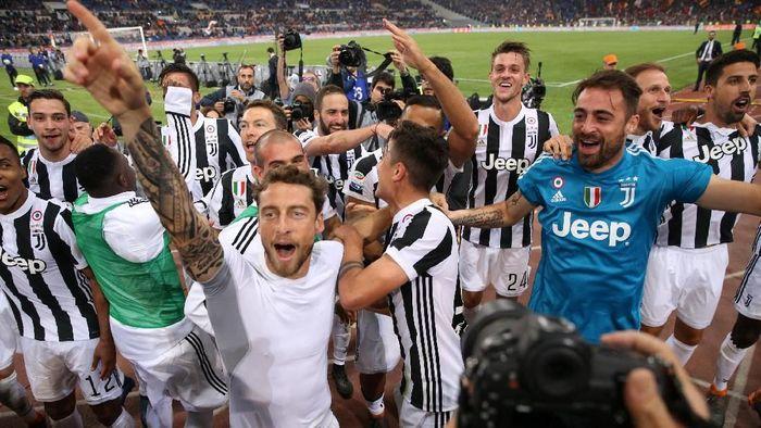 Pemain Juventus merayakan keberhasilannya meraih scudetto ketujuh usai menahan imbang AS Roma. (Foto: Alessandro Bianchi/ REUTERS)