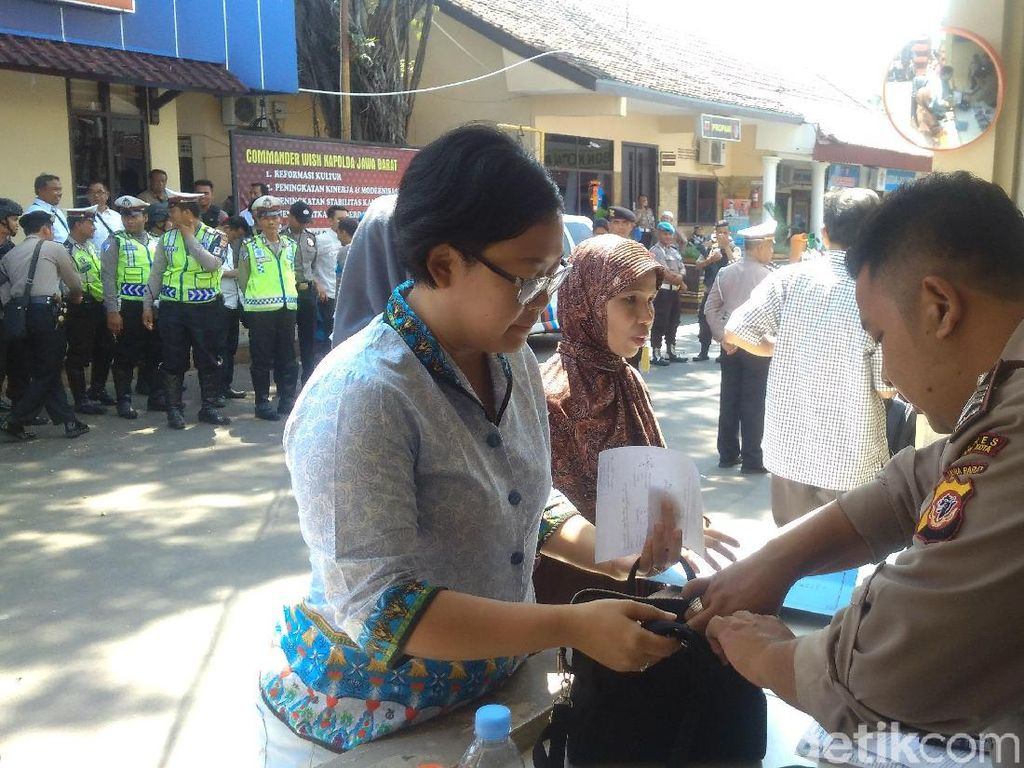 Cegah Teror, Polisi Geledah Warga yang Masuk Mapolresta Cirebon