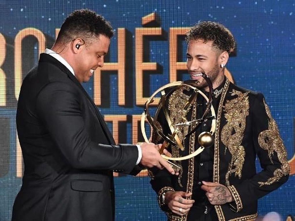 Foto: Ronaldo Serahkan Trofi Pemain Terbaik Liga Prancis untuk Neymar