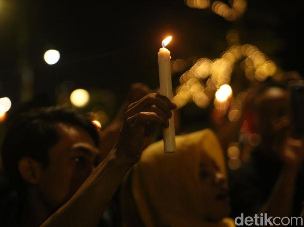 Foto: Aksi Warga Surabaya Nyalakan Lilin Bersatu Lawan Teroris