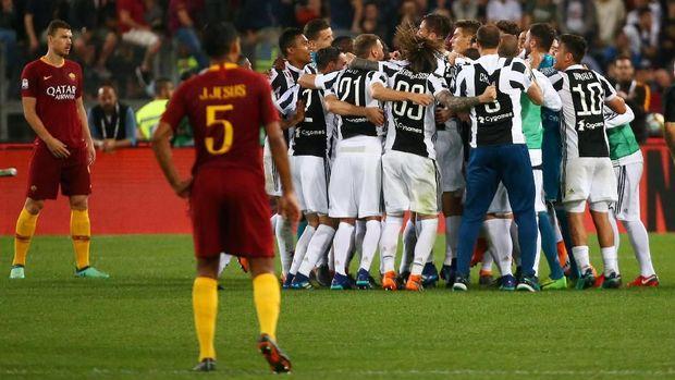Para pemain Juventus merayakan sukses merebut gelar Liga Italia 2017/2018.