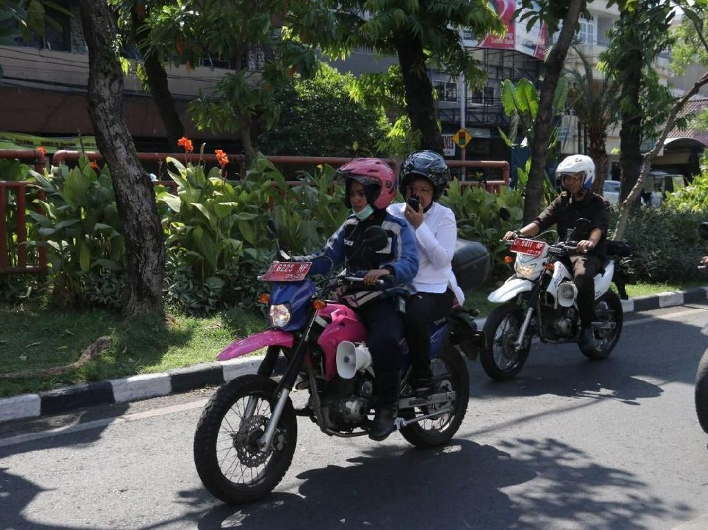 Risma Bonceng Naik Trail Cek Keamanan Gereja di Surabaya