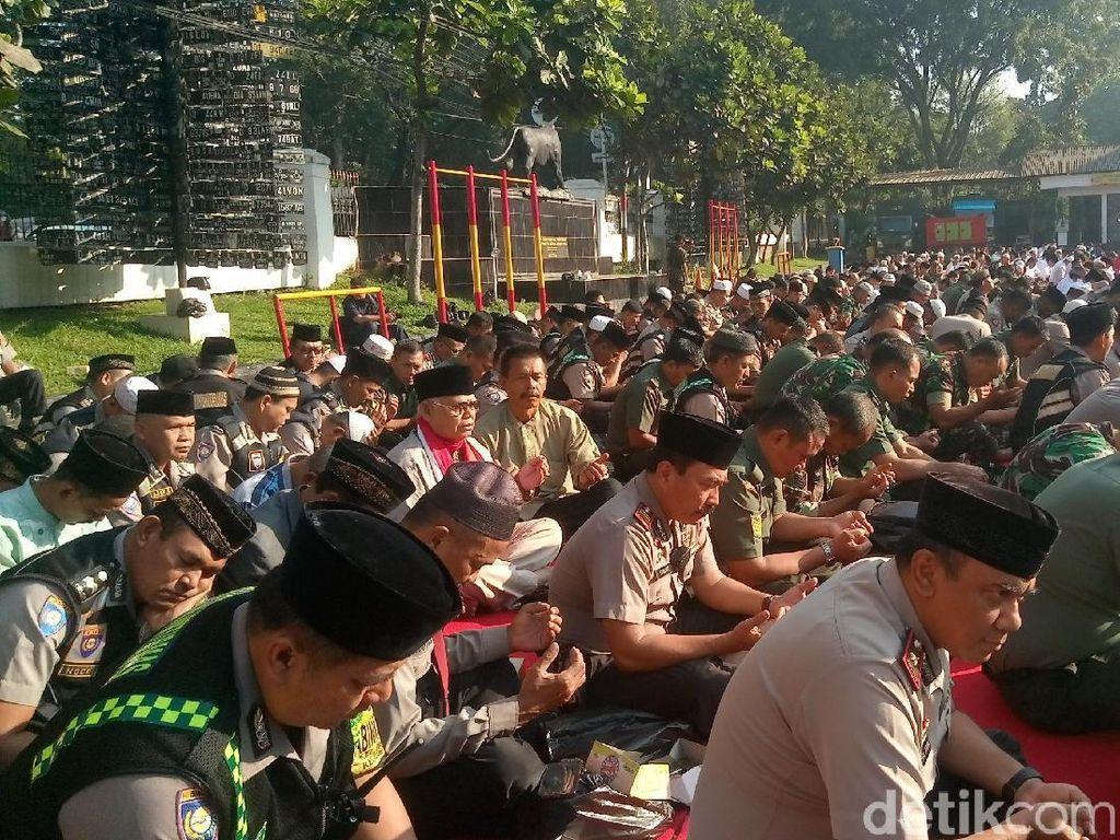 Polisi-Tentara Bandung Khusyuk Berdoa Bagi Korban Aksi Teror