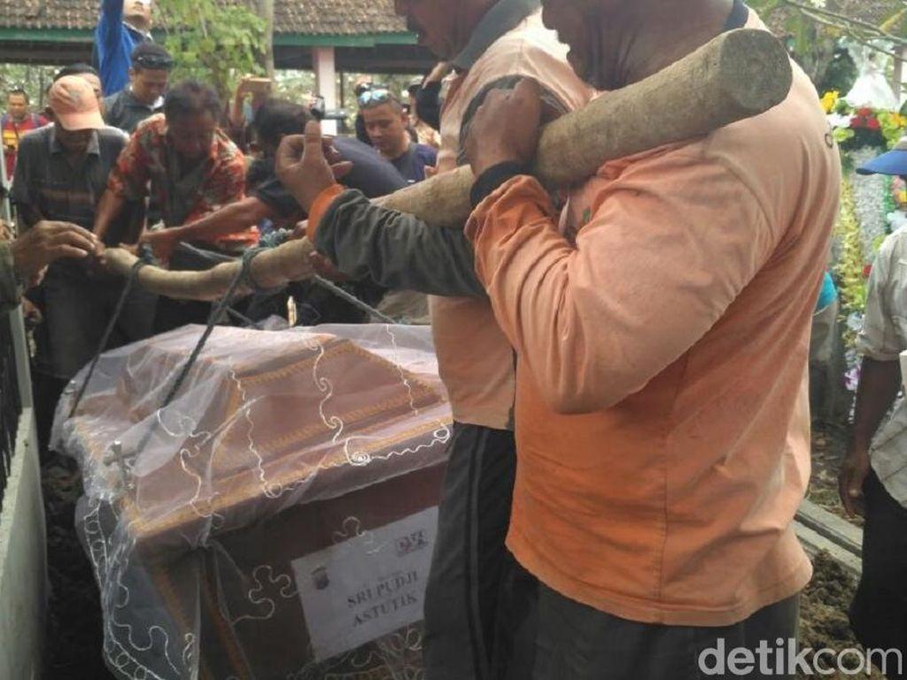 Jemaah Pantekosta Antar Pemakaman Sri Puji, Korban Bom Surabaya