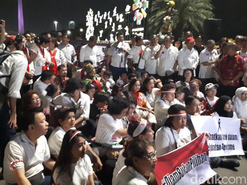 Massa Berdoa Bersama untuk Korban Bom Surabaya di Patung Kuda