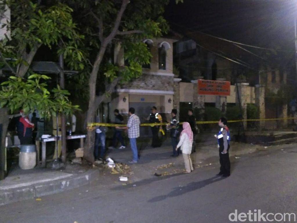 Densus Amankan Pasutri Terduga Teroris di Dukuh Pakis Surabaya
