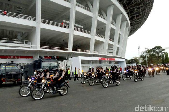 Personel kepolisian melakukan pengamanan berlapis di laga Persija Jakarta vs Home United hari ini Selasa (15/5/2018).