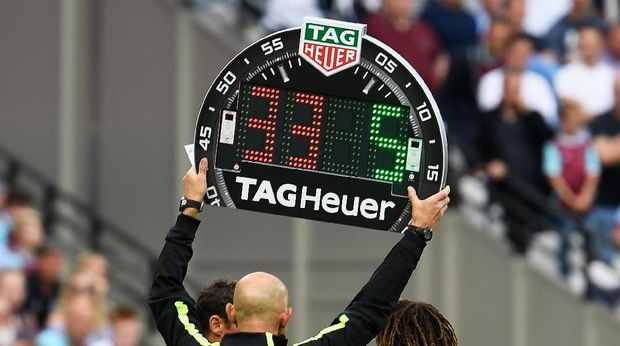 LONDON, ENGLAND - AUGUST 21:  The fourth official displays the electronic substitution board during the Premier League match between West Ham United and AFC Bournemouth at London Stadium on August 21, 2016 in London, England.  (Photo by Mike Hewitt/Getty Images)