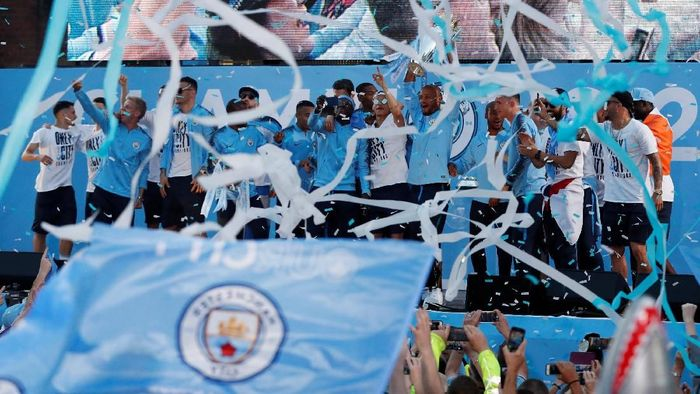 Manchester City merayakan sukses di 2017/2018 bersama fans. (Foto: Andrew Boyers/Action Images via Reuters)