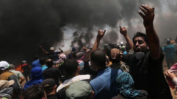 Warga Palestina memprotes pemindahan kedutaan besar AS dari Tel Aviv ke Yerusalem, di perbatasan Israel-Gaza, Mei.