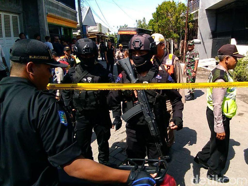 Densus 88 Geledah Rumah Kontrakan Bomber Polrestabes Surabaya