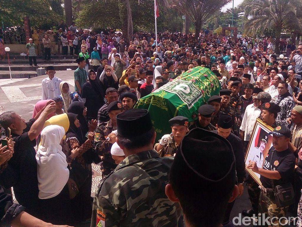 Ribuan Orang Antar Jenazah Ki Enthus ke Peristirahatan Terakhir