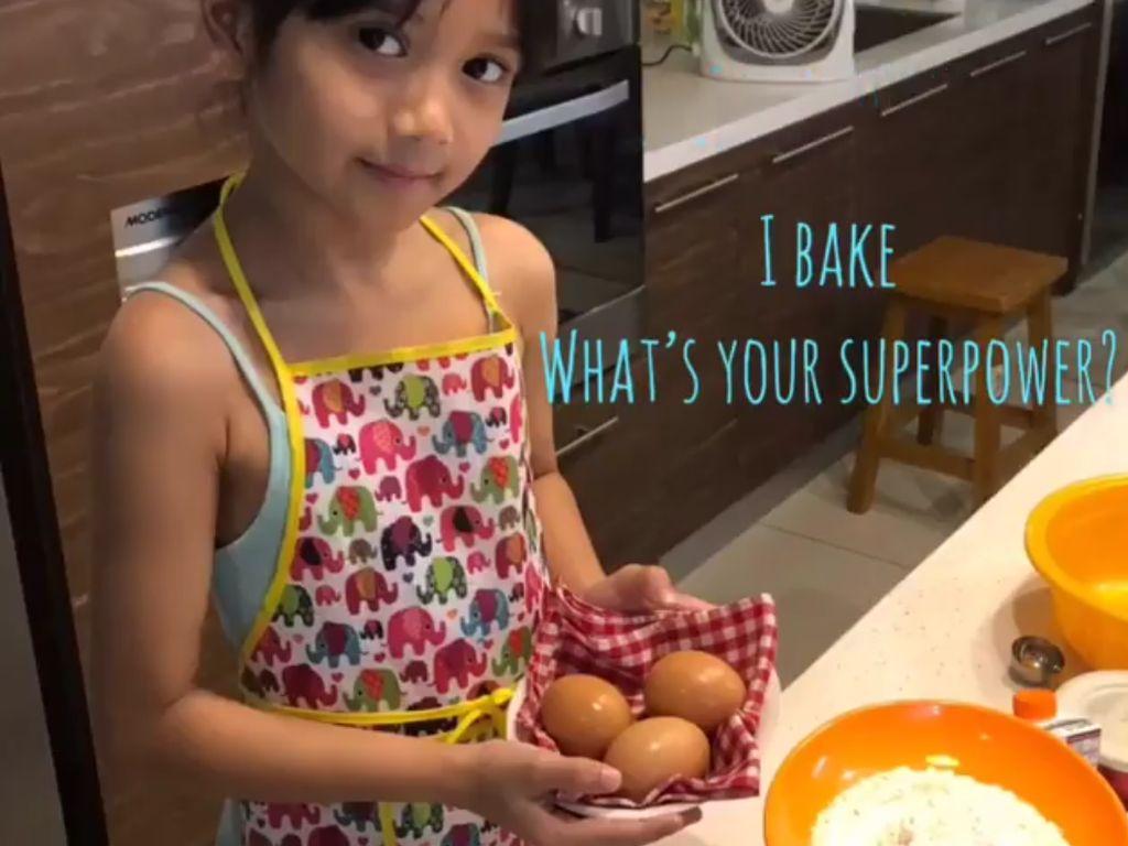 Keren! Walau Baru 8 Tahun, Anak Artika Sari Devi Ini Sudah Bisa Masak Cupcake Sendiri