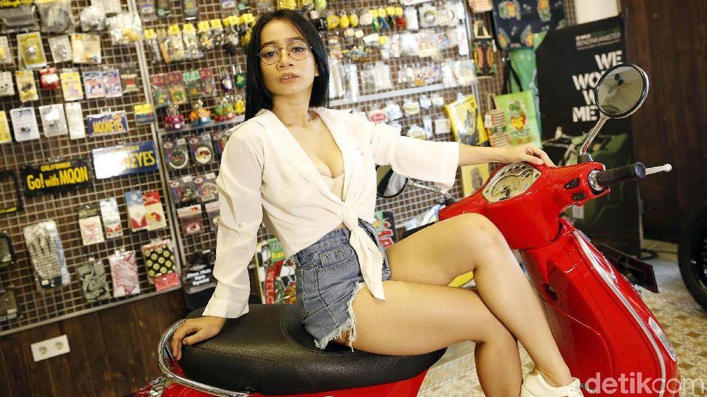 Pose Menggoda Marcella dengan Skuter Merah