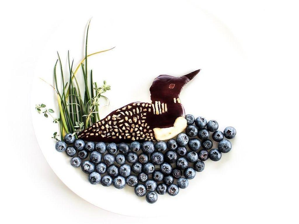 Kreatif! Fotografer Ini Kreasikan Potret Lebah dan Kumbang dari Sisa Makanan
