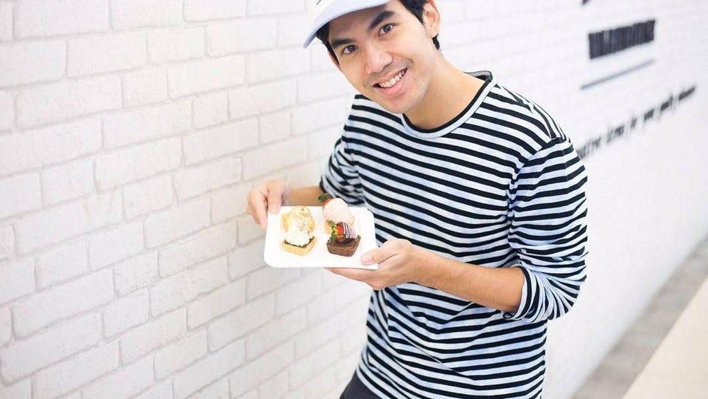 Gantengnya Chantavit Dhanasevi Saat Makan Steamboat hingga Cupcakes