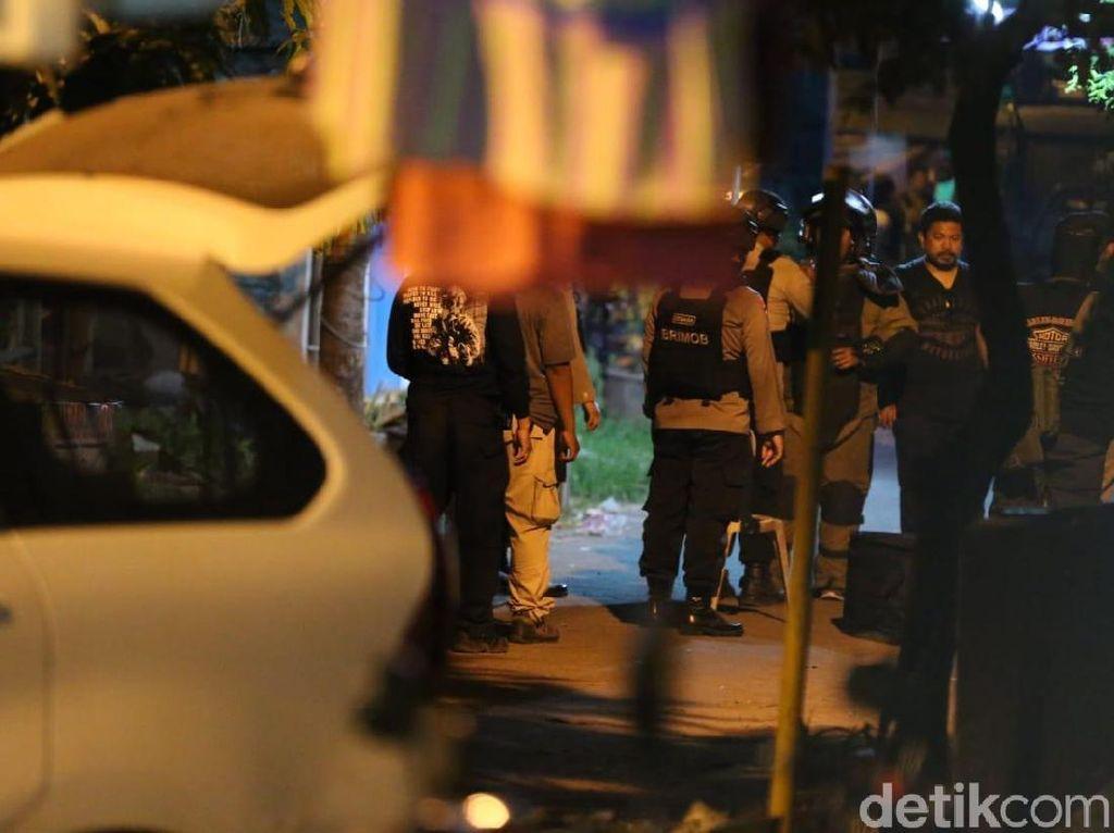 Gegana Ledakkan Bom di Kos Terduga Teroris Surabaya