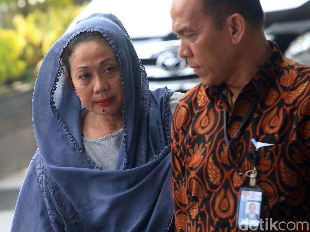 Istri Bupati Bengkulu Selatan, Heni Dirwan Tiba di Gedung KPK