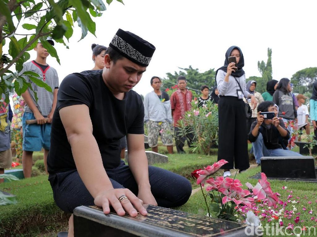 Billy Syahputra Rutin Nyekar ke Makam Olga Jelang Ramadan