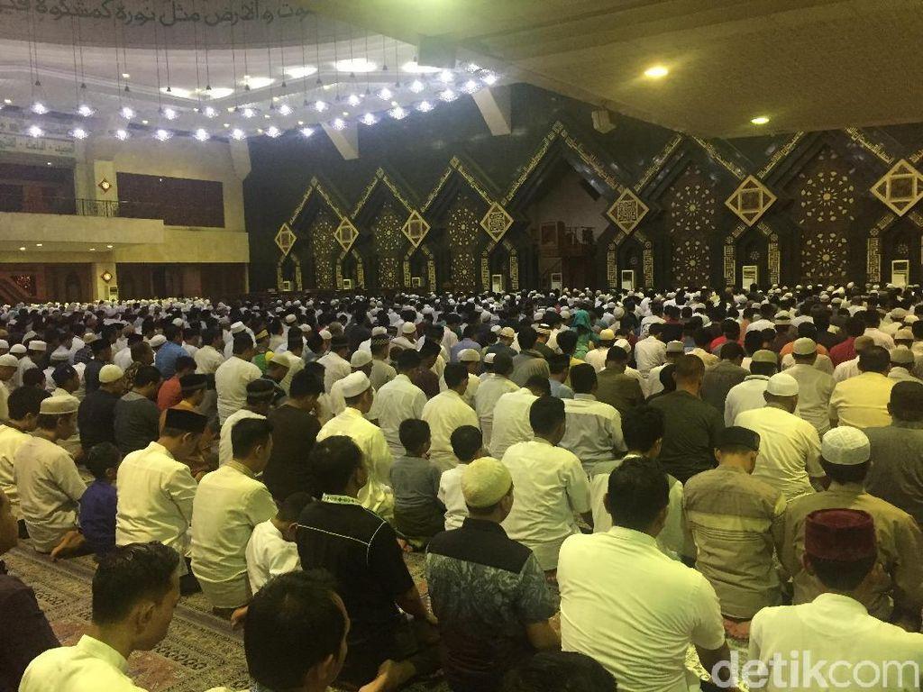 Tarawih Awal Ramadan, Warga Penuhi Masjid At-Tin TMII