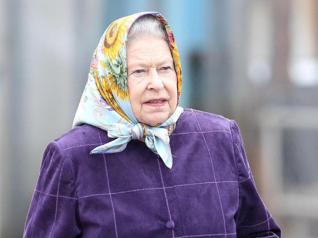 Gaya Ratu Elizabeth Pakai Scarf Motif dan Selendang, Bikin Pangling