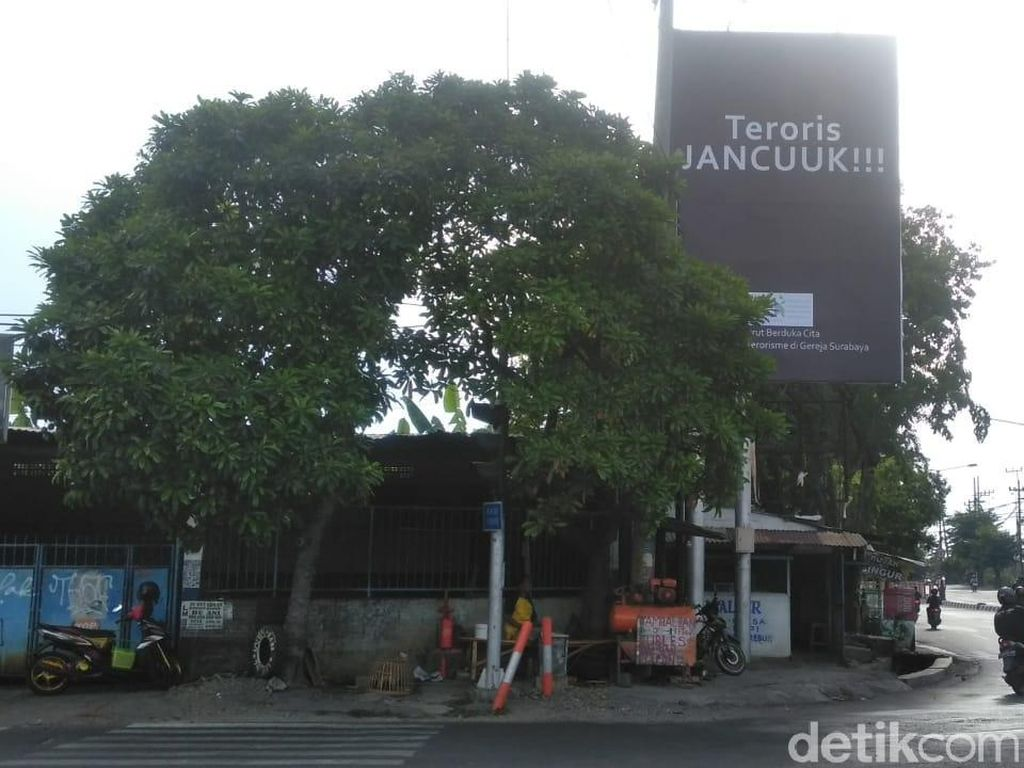 Teroris Jancuuk! Kecaman Aksi Teror Bom Bermunculan di Surabaya