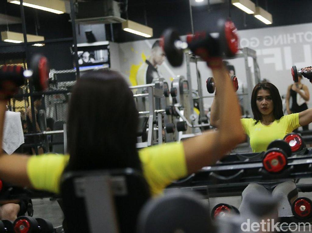 Foto: Sehari Bersama Maria Vania Presenter Cantik yang Suka Olahraga