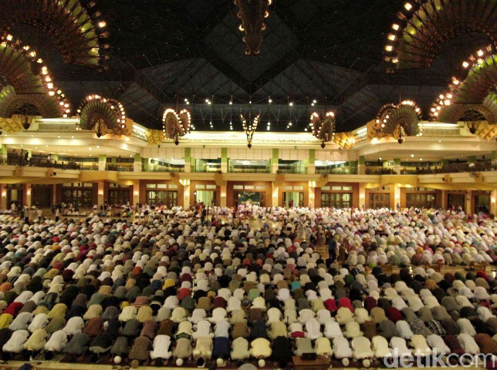 Foto: Salat Tarawih Perdana di Masjid Islamic Centre